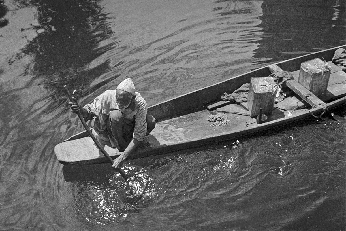 Shikara merchant, Dal Lake, Srinigar, Jammu and Kashmir 1978 - Tim Trompeter